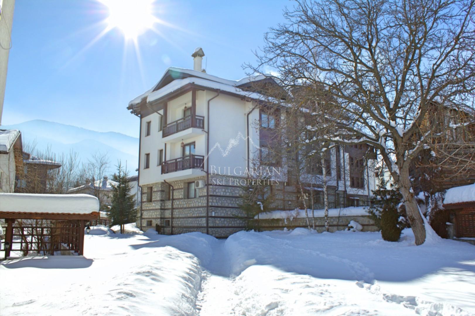Банско: обзаведен двустаен апартамент за продажба в комплекс Уинслоу Елеганс, Банско